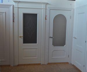 Выставка белых межкомнатных дверей